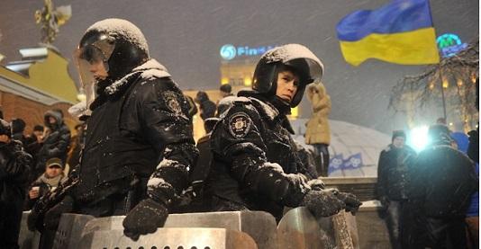 Poliziotti in Piazza Indipendenza, 9 dicembre 2013. (GENYA SAVILOV/AFP/Getty Images)