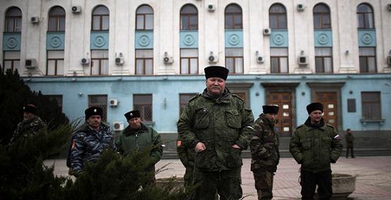 Cosacchi a Simferopoli, Ucraina, 8 marzo 2014. (AP Photo/Manu Brabo)