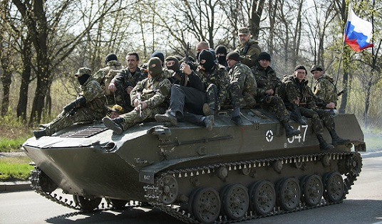 Le prime foto di agenzia dei mezzi militari in Ucraina orientale con bandiera russa.