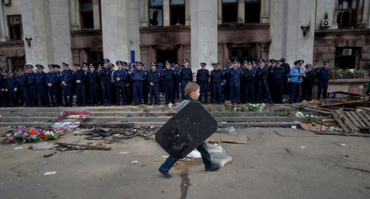 Un bambino con in mano uno scudo a Odessa, di fronte all'edificio del sindacato, 3 maggio 2014 (AP Photo/Vadim Ghirda)