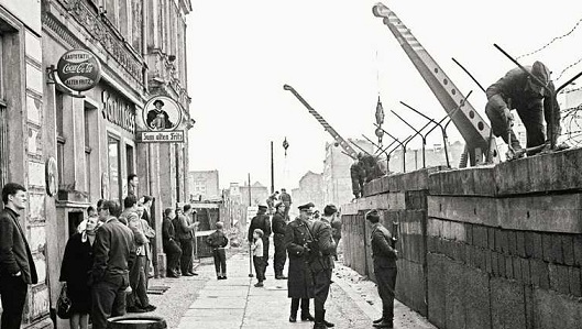 La mattina del 13 agosto 1961 inizia la costruzione del Muro di Berlino.