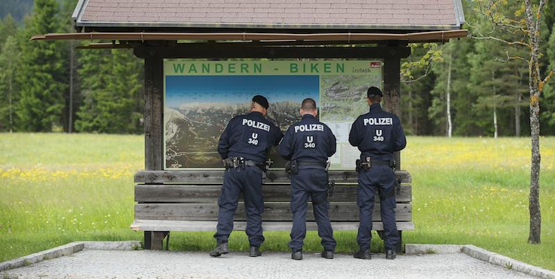 Poliziotti austriaci vicino al Interalpen-Hotel Tirol, sede della riunione del gruppo Bilderberg, 9 giugno 2015. (Sean Gallup/Getty Images)