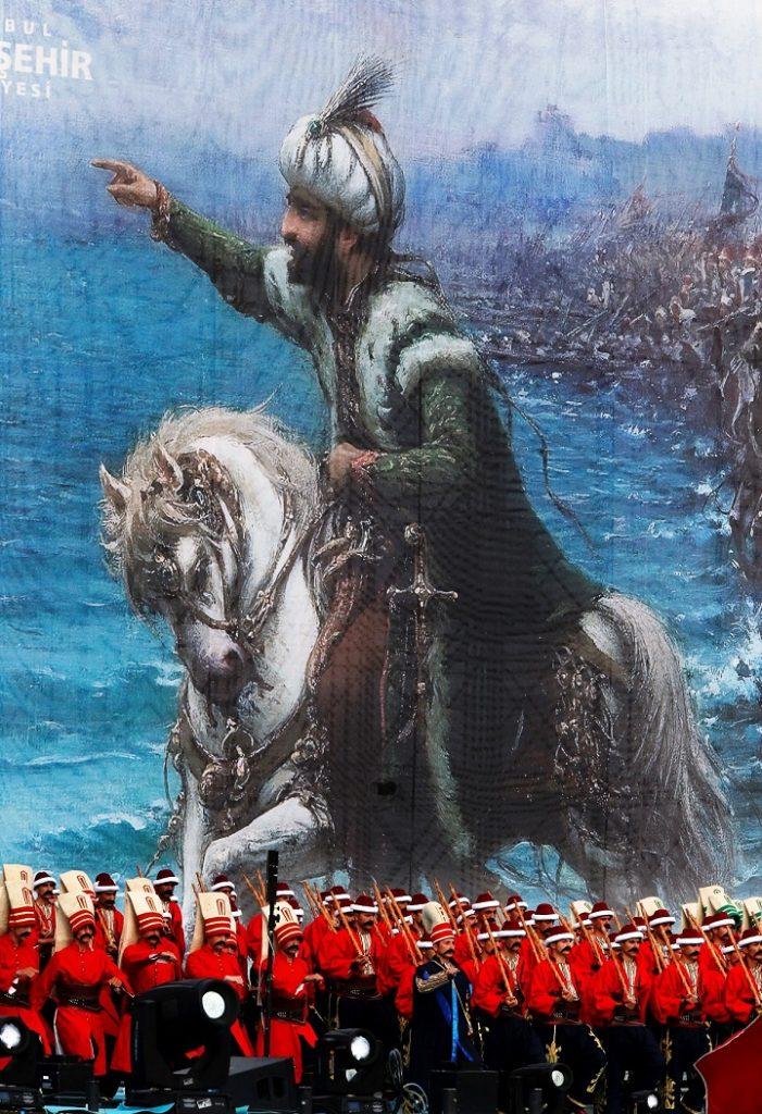 Musicanti con indosso l'uniforme ottomana durante le celebrazioni a ricordo della conquista di Costantinopoli, l'attuale Istanbul, da parte I Turchi Ottomani, guidati dal sultano Maometto II, entrarono nella città il 29 maggio del 1453, dopo circa due mesi di combattimenti. La parata si è svolta il 30 maggio del 2015 pochi giorni prima delle elezioni politiche che confermarono Erdogan alla presidenza del Paese.