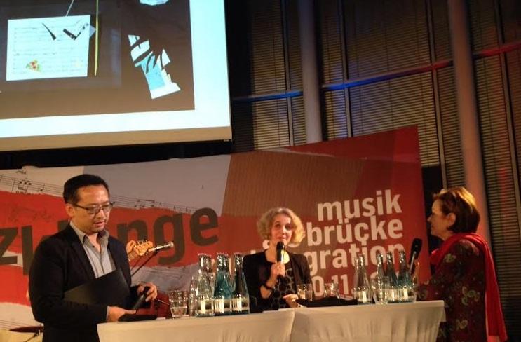 Successo di Fernanda Mancini ( a destra nella foto) sul tema della contaminazione delle culture. Sempre nella foto, a sinistra il compositore Peng Yin